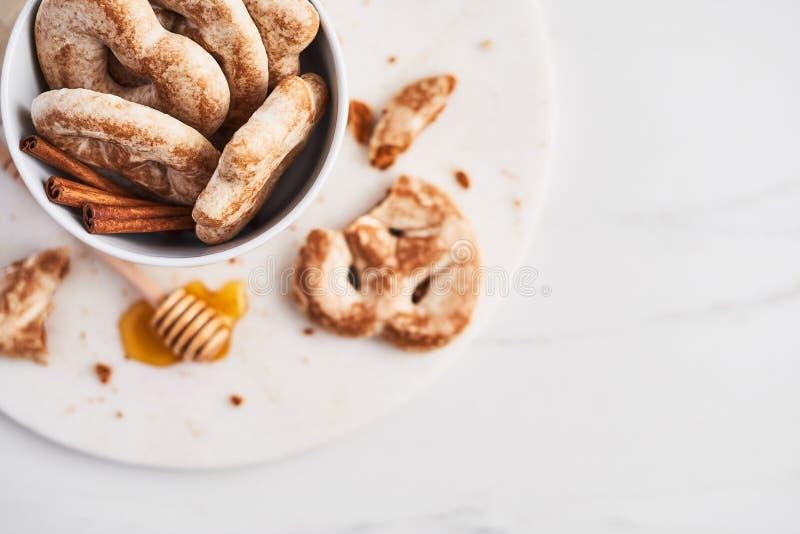 Traditionele Chtristmas-peperkoekkoekjes die van gember, honing en kaneel met suikerglazuur worden gemaakt stock foto's