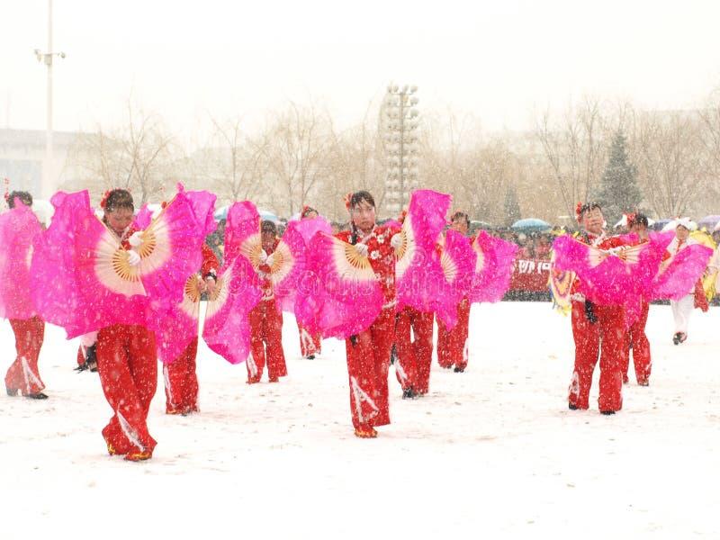Traditionele dans Yangge in de sneeuw stock afbeelding