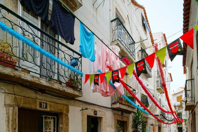 Traditionele de straatmening van Lissabon, oude klassieke gebouwen, summertim stock afbeelding