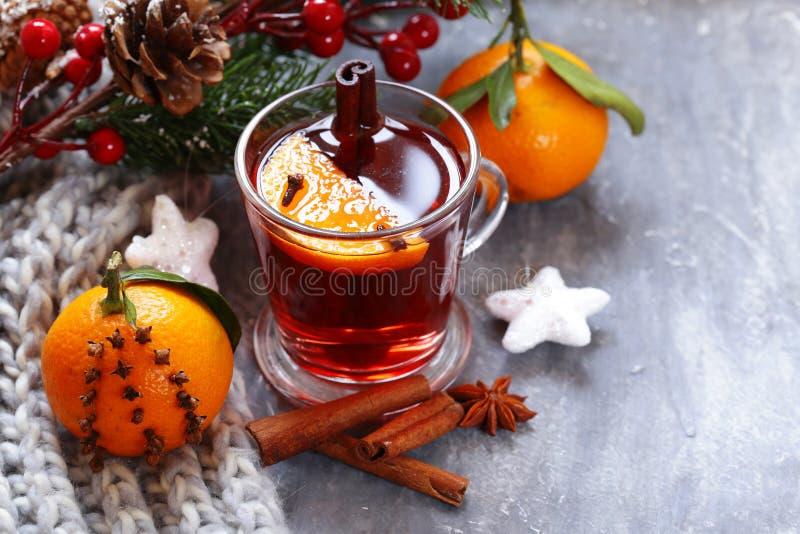 Traditionele de winterdrank overwogen wijn Hete chocolade met heemst stock afbeeldingen