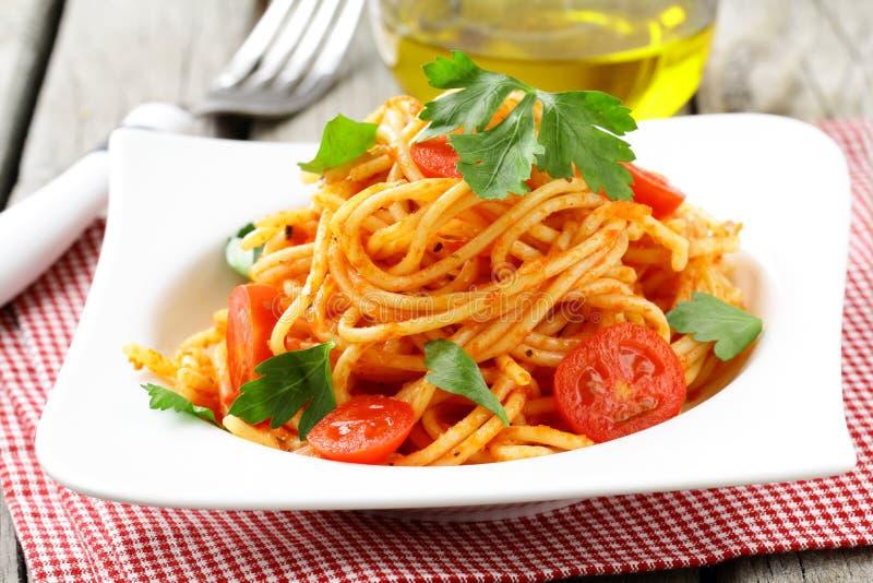 Traditionele deegwaren - spaghetti met tomatensaus stock foto