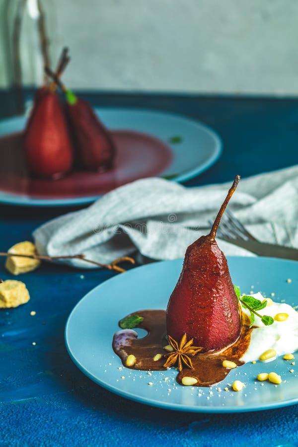 Traditionele die dessertperen in rode wijn met chocoladesaus worden gestoofd royalty-vrije stock afbeelding