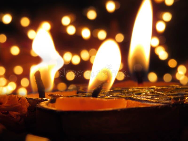 Traditionele die Lampen ter gelegenheid van Diwali-festival over worden aangestoken stock foto