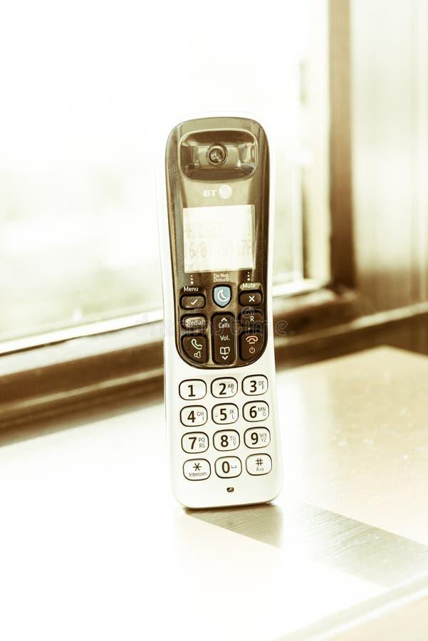 Traditionele die landline telefoon op houten bureauachtergrond wordt ge?soleerd stock fotografie