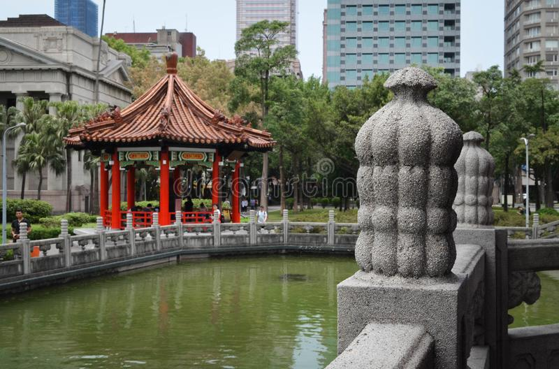 Traditionele die oriëntatiepuntpagode in het centrum van een park in Taiwan wordt gevestigd royalty-vrije stock afbeelding