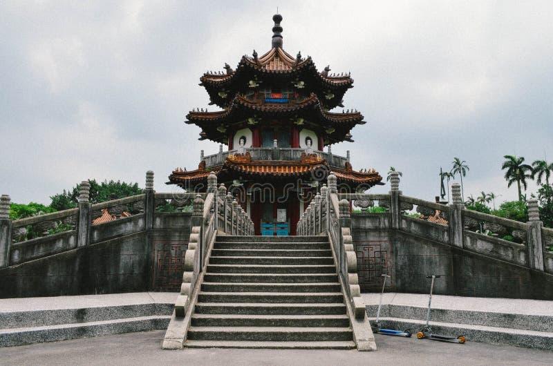 Traditionele die oriëntatiepuntpagode in het centrum van een park in Taiwan wordt gevestigd stock fotografie