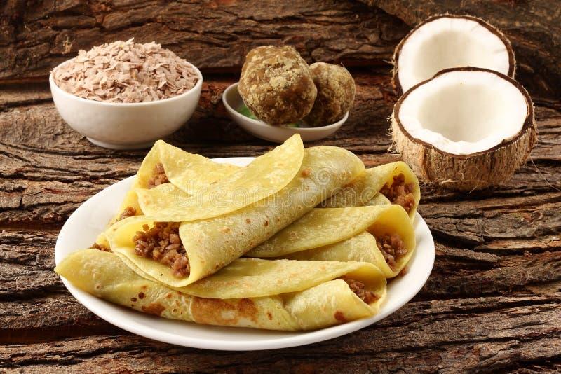 Traditionele die pannekoeken met rijstvlokken worden gevuld, stock foto
