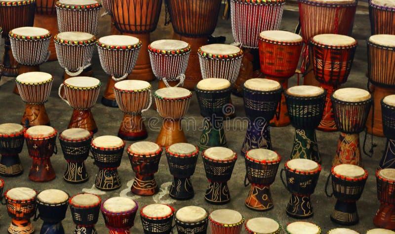Traditionele die trommels, op een markt in Johannesburg worden verkocht stock afbeeldingen