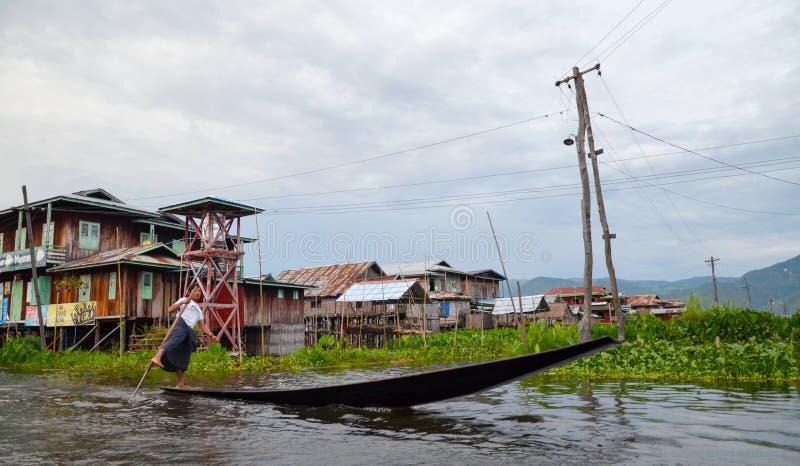 Traditionele drijvende dorpshuizen in Inle-Meer, Myanmar stock foto's