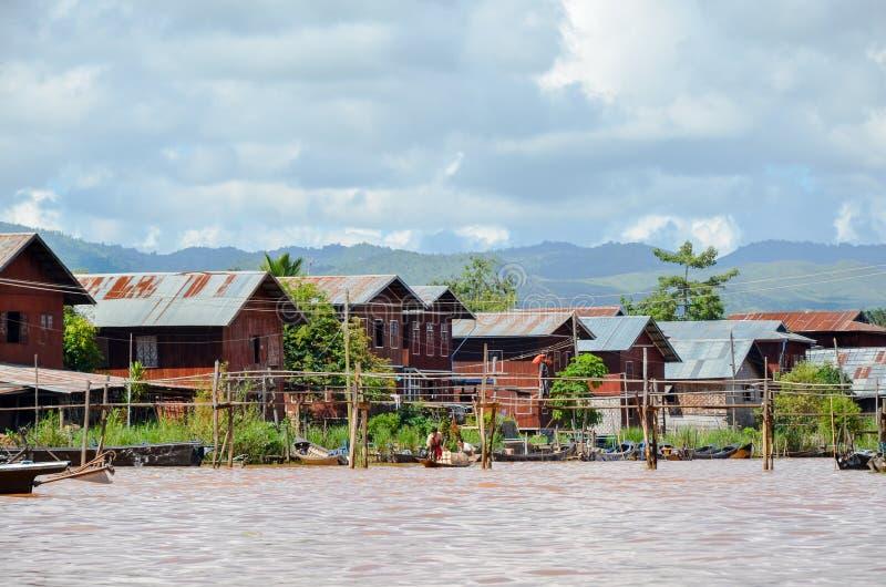 Traditionele drijvende dorpshuizen in Inle-Meer, Myanmar royalty-vrije stock foto's