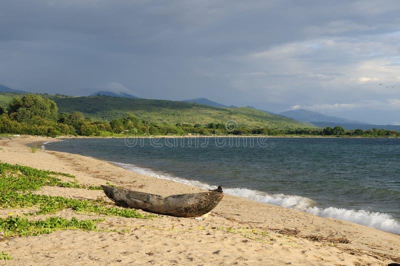 Traditionele dugout kano op het strand op het meer Malawi royalty-vrije stock foto's