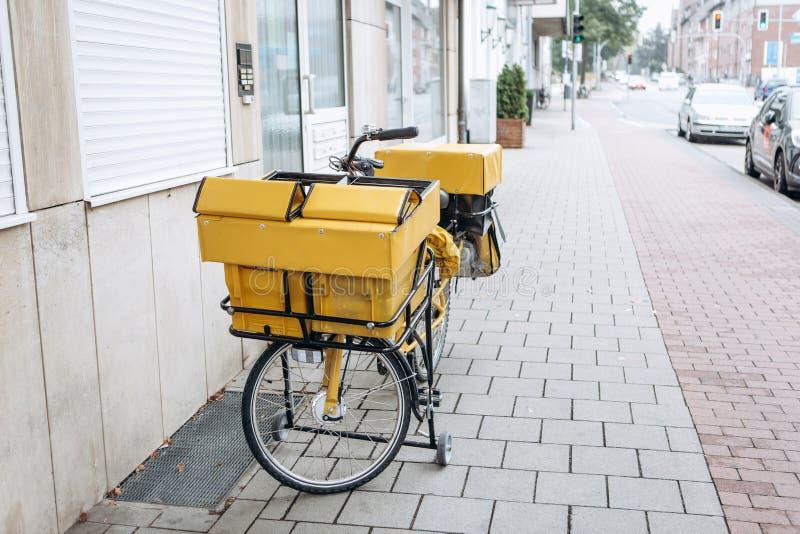 Traditionele Duitse gele fiets voor postbestelling stock fotografie