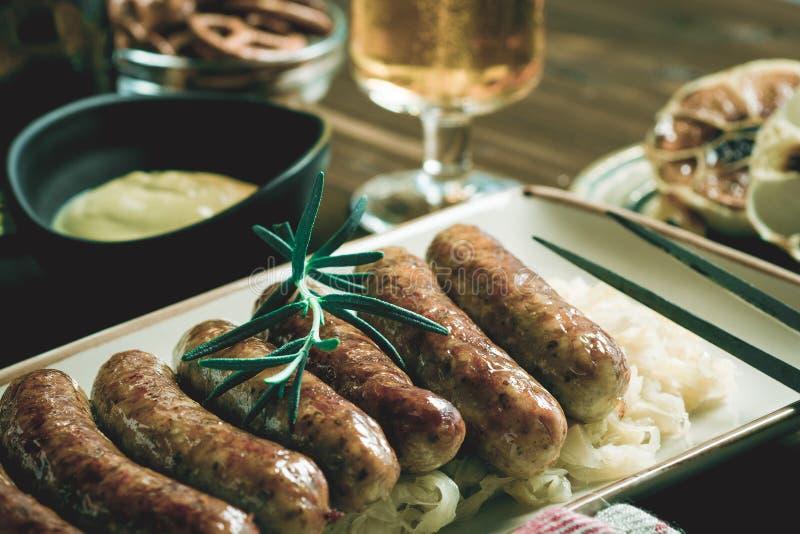 Traditionele Duitse Geroosterde Worstenbraadworst met Koolsalade stock afbeeldingen