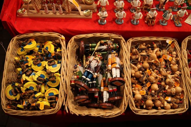 Traditionele Duitse houten Kerstmisdecoratie in een rieten mand op een Kerstmismarkt stock fotografie