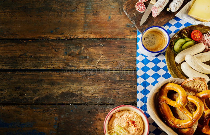 Traditionele Duitse keuken van Beierse pretzels stock foto's