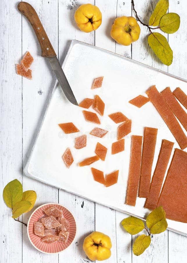 Traditionele eigengemaakte zoetheid van kweepeer met suiker stock afbeelding