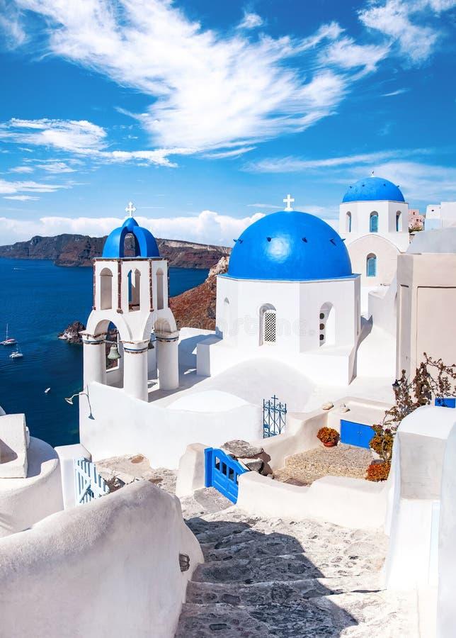 Traditionele en beroemde huizen en kerken met blauwe koepels over de Caldera, Oia, Santorini, het eiland van Griekenland, Egeïsch stock fotografie