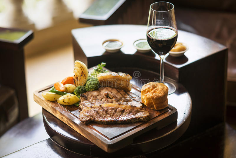 Traditionele Engelse het braadstuklunch van de voedselzondag in restaurant stock fotografie