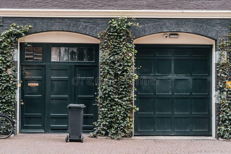 Traditionele Europese garage met zwarte baksteen stock foto's