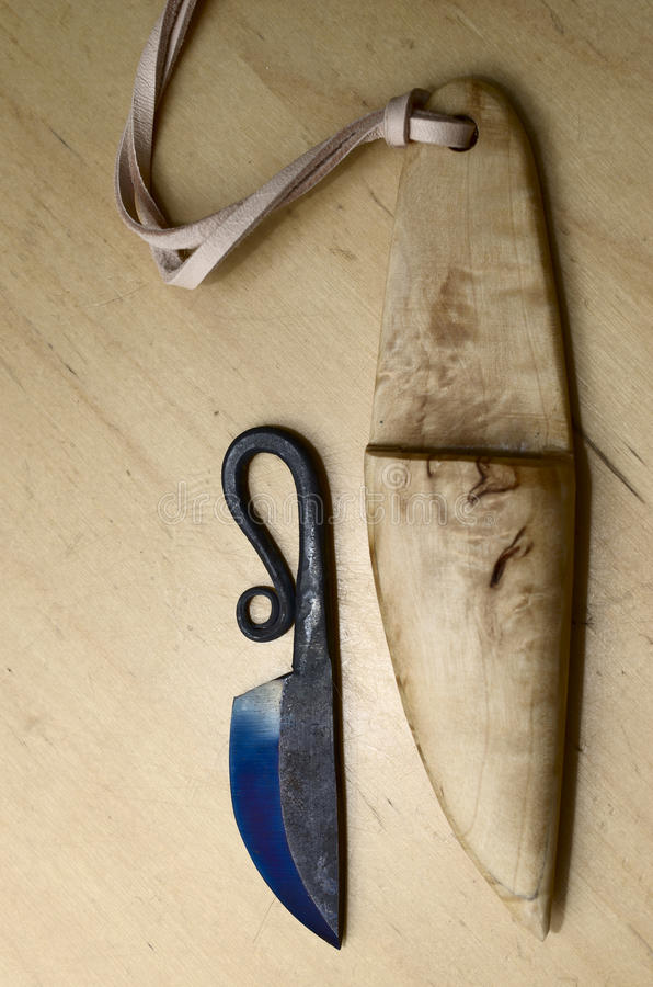 Traditionele finse messenpuukko en houten schede stock foto
