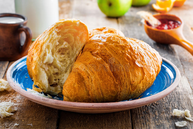 Traditionele Franse croissants royalty-vrije stock afbeelding