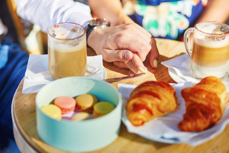Traditionele Franse croissants en makarons stock fotografie