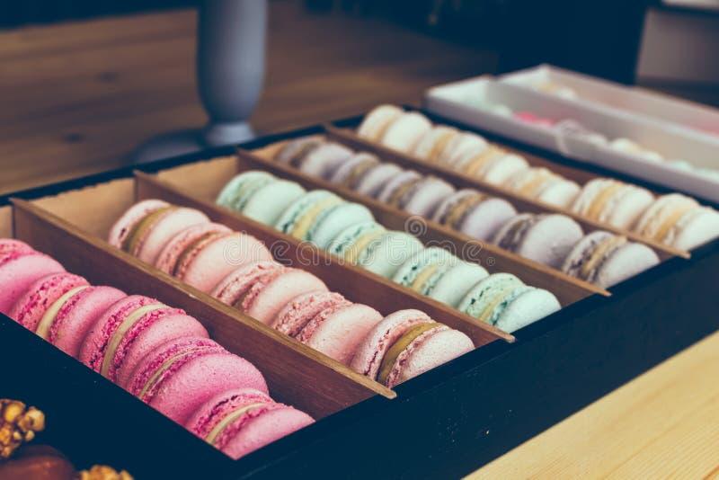 Traditionele Franse kleurrijke macarons in een koffie Zoete voedsel dichte omhooggaand, bakkerij, opslag stock foto's