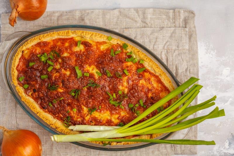 Traditionele Franse uipastei Quiche Lotharingen met ui, kaas stock afbeeldingen