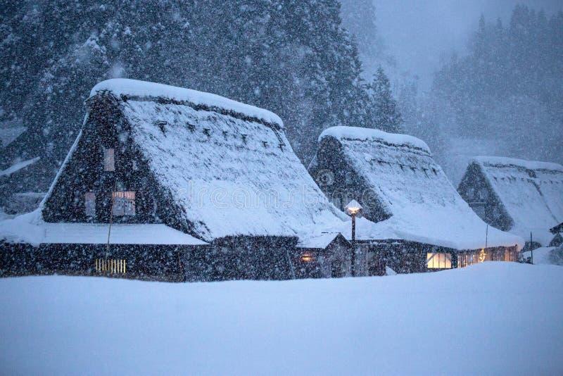 Traditionele gassho-zukurigebouwen in de winteronweer stock afbeelding