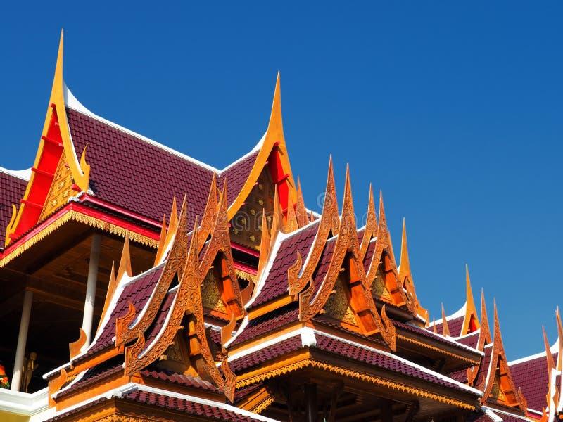 Traditionele gebogen daken die in diepe blauwe hemel stijgen royalty-vrije stock afbeeldingen
