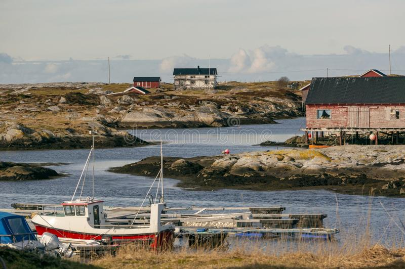 Traditionele gebouwen van een visserijdorp op de Noorse kust royalty-vrije stock foto's