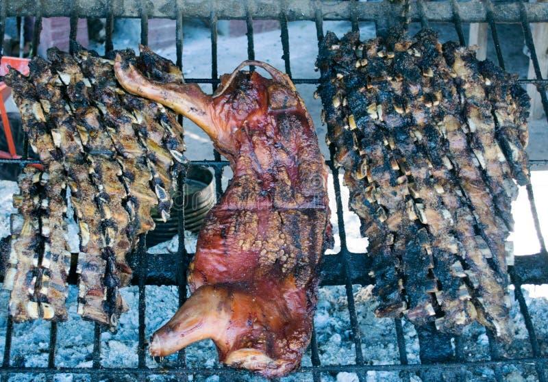 Traditionele geroosterde asado van rundvlees en varkensvleesvlees royalty-vrije stock afbeeldingen