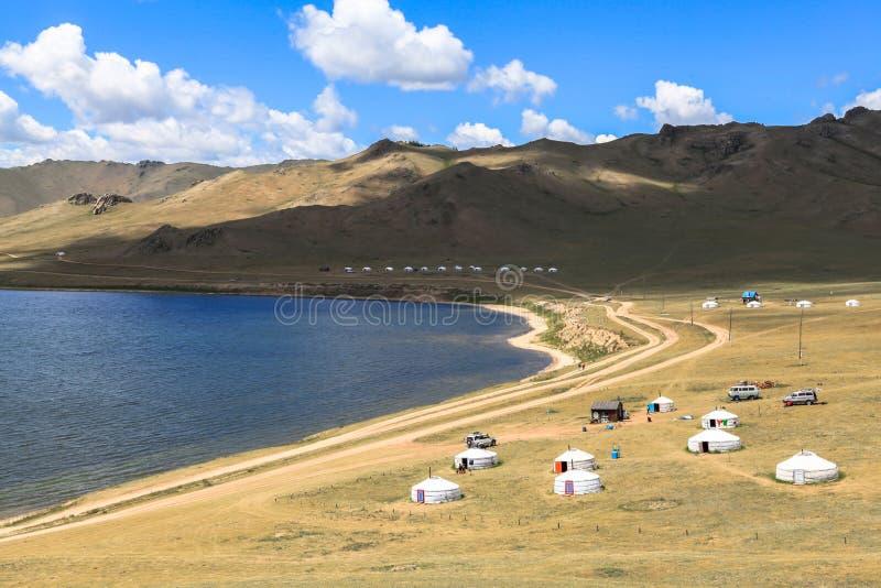 Traditionele Gers bij Wit Meer in Mongolië royalty-vrije stock foto