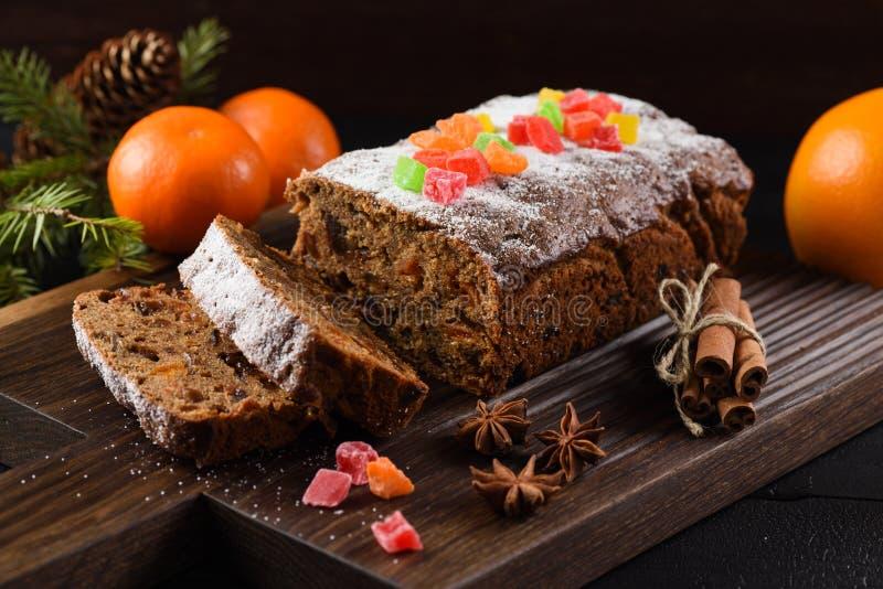 Traditionele gesneden vers gebakken die fruitcake met candi wordt verfraaid royalty-vrije stock afbeelding