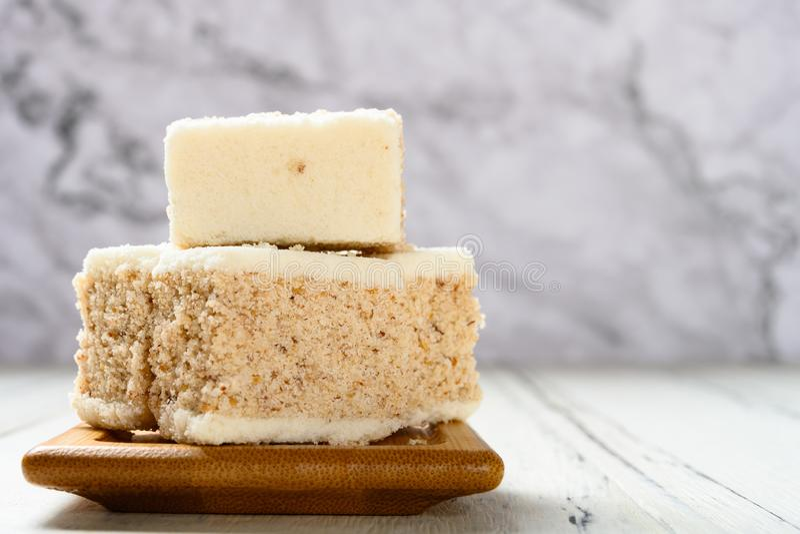 Traditionele geurige osmanthuscake op een witte lijst stock afbeeldingen