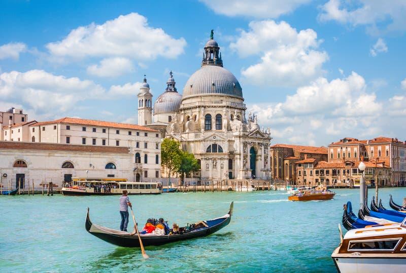 Traditionele Gondel op Kanaal Grande met Basiliekdi Santa Maria della Salute in Venetië royalty-vrije stock foto's