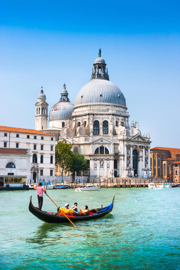 Traditionele Gondel op Kanaal Grande met Basiliekdi Santa Maria della Salute, Venetië, Italië royalty-vrije stock afbeelding