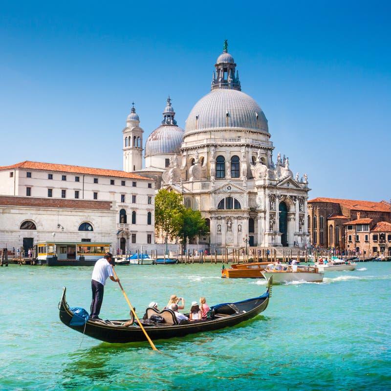 Traditionele Gondel op Kanaal Grande met Basiliekdi Santa Maria della Salute, Venetië, Italië stock foto