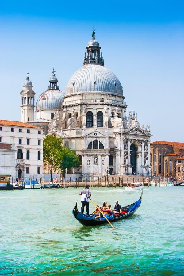 Traditionele Gondel op Kanaal Grande met Basiliekdi Santa Maria della Salute in Venetië, Italië royalty-vrije stock foto's