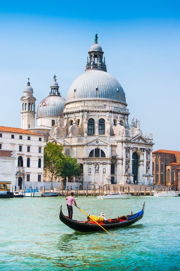 Traditionele Gondel op Kanaal Grande met Basiliekdi Santa Maria, Venetië, Italië stock foto