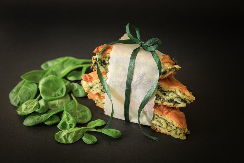 Traditionele Griekse spanakopita van de spinaziepastei met feta-kaas stock afbeelding