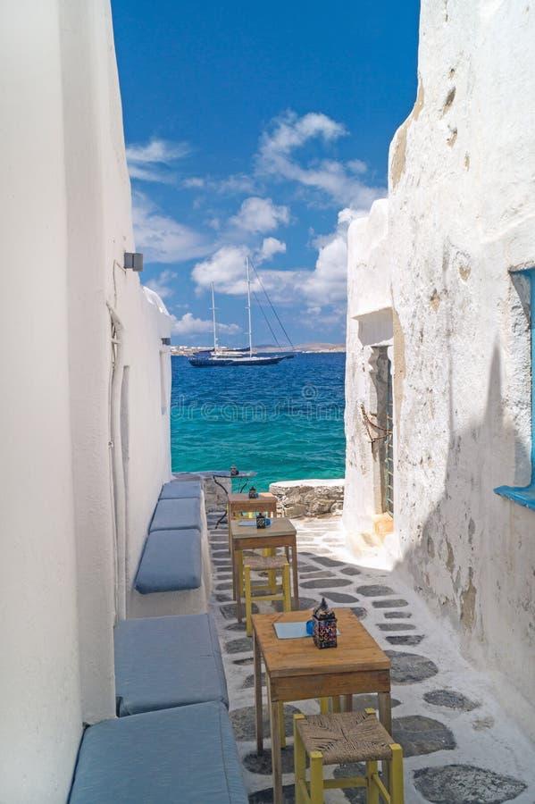 Traditionele Griekse steeg op Mykonos-eiland stock afbeeldingen