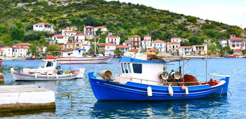 Traditionele Griekse visserijhaven met boten witte huizen stock foto