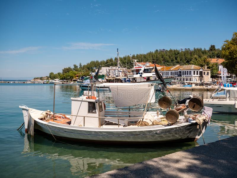 Traditionele Griekse Vissersvaartuigen in Thasos-Eiland hoofdhaven, Limenas stock foto