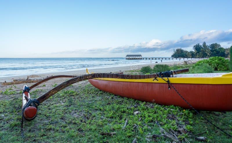 Traditionele Hawaiiaanse kano door Hanalei pijler Kauai royalty-vrije stock foto