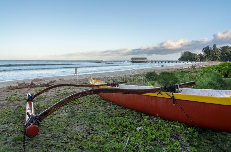 Traditionele Hawaiiaanse kano door Hanalei pijler Kauai stock afbeeldingen