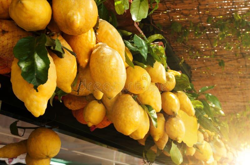 Traditionele heerlijke Italiaanse citroenen op Capri-eiland, Napels, het royalty-vrije stock afbeelding