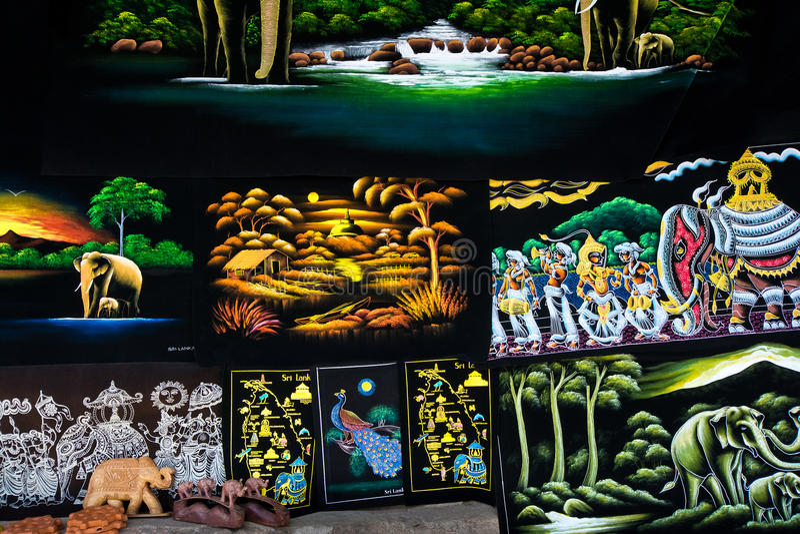 Traditionele het ambachtsgoederen van Srilankan en canvasschilderijen voor verkoop in een winkel stock afbeeldingen