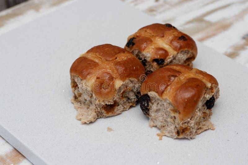 Traditionele hete dwarsbroodjes stock fotografie