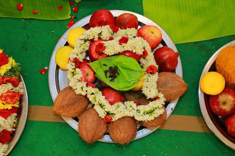 Traditionele Hindoese huwelijksceremonie, kokosnoten en vruchten met betelblad, bloemen royalty-vrije stock foto